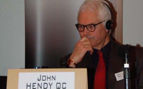 """Brits advocaat John Hendy: """"Laat uw rechtse regeringen niet doen wat de rechtse regering bij ons hebben aangericht"""""""