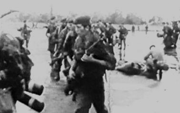 Belgische para's landen in Stanleystad (Kisangani) op 24 november 1964 voor een 'humanitaire reddingsoperatie'
