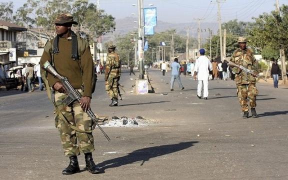 Op internet circuleren expliciete fotos van folterpraktijken in Nigeria. Deze foto is er geen van. Dit zijn militairen op patrouille in de straten van Lagos