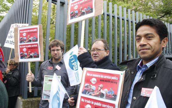 betoging tegen de TISA-onderhandelingen aan de poort van de Australische ambassade in Genève op 15 april 2014