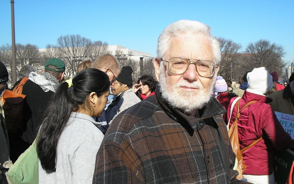 William Blum bij een anti-oorlogsprotest in Washington DC in 2007