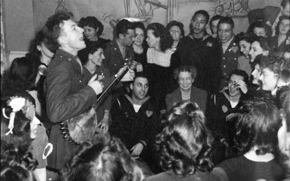 De 25-jarige Pete Seeger tijdens een optreden in 1944 in een kantine van het leger in Washington, DC, de allereerste waar alle rassen mochten samenkomen. Washington DC was toen nog een compleet gesegregeerde stad.