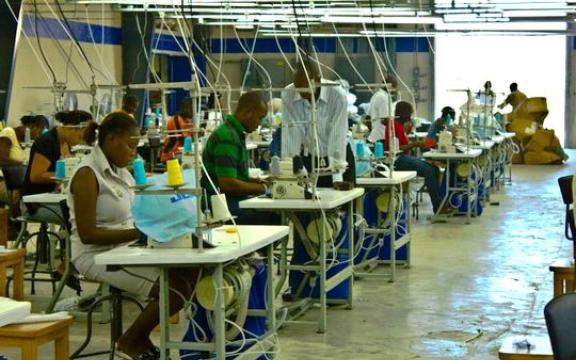 Kledingwerkers vervaardigen t-shirts voor export in de SONAPI-vrijhandelszone in de buurt van de hoofdstad Port-au-Prince