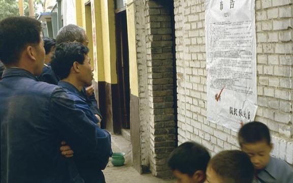 China laat zelden pottenkijkers toe. Deze zeldzame foto dateert uit mei 1984. Chinezen lezen een lijst van terdoodveroordeelden