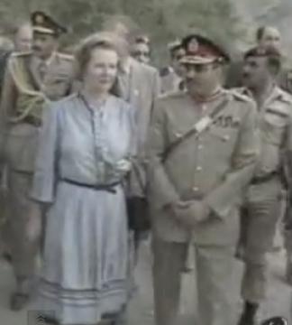 """Mohammed Zia-ul-Haq was president van Pakistan na een zeer bloedige militaire staatsgreep (1978-1988). Zijn regime werd gekenmerkt door gruwelijke schendingen van de mensenrechten en de executie van de verkozen eerste minister Ali Bhutto in 1979. Hij was de allereerste president in Pakistan om de shariawetten in te voeren. Tijdens haar bezoek in 1981 loofde Margaret Thatcher de president voor zijn inspanningen """"om het Pakistaanse volk te helpen om zijn eigen vorm van regering te kiezen in vrede""""."""