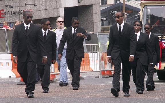 De gevreesde Tonton Macoute, de gruwelijke stootroepen van Papa en Baby Doc Duvalier kennen de laatste jaren een nieuw leven. Net als toen worden arme werkloze jongeren zonder opleiding in nette kostuums gestoken. Hun activiteiten zijn iets minder net dan hun uiterlijk vertoon.
