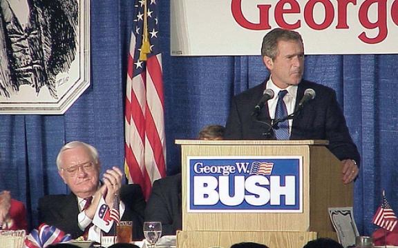 Gouverneur van Texas W. Bush in 2000 op campagne in de staat Illinois met naast hem toenmalig Republikeins gouverneur van Illinois, Ryan. Ze waren niet echt vrienden want Ryan had dat jaar een moratorium ingesteld op de doodstraf in zijn staat. W. Bush daaarentegen had de hoogste score van executies van alle gouverneurs in de geschiedenis van de VS. Zijn opvolger in Texas is Rick Perry, nu eveneens Republikeins kandidaat in 2012.