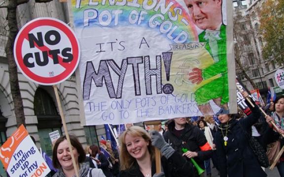 'Ik kom op voor mijn pensioen', 'Geen bezuinigingen', 'Het gouden potje van de pensioenen, dat is een mythe!', 'De enige vetpotten zijn die van de bankiers' (rechtsboven op de grote poster foto van Britse eerste minister David Cameron met een dikke 'schatkist' in zijn handen). Foto van de betoging in Londen om 16.18 uur.