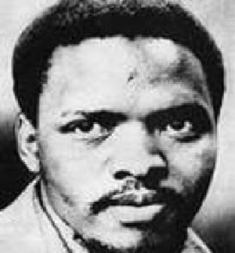Steve Biko: vierendertig jaar na zijn overlijden is zijn gelaat nog steeds een herkenbaar icoon voor alle Zuid-Afrikanen. Je ziet hem overal op graffiti, t-shirts, boeken, posters. Wij in het rijke westen mogen hem dan vergeten zijn, de Afrikanen weten wel beter.