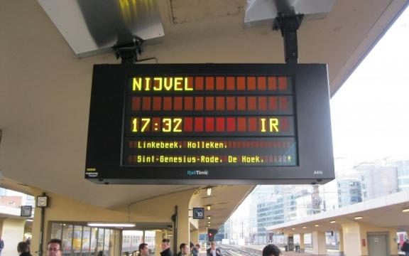 Van Brussel-Noord tot in De Hoek (ja, zo heet mijn station inderdaad). Een halfuur op de trein, in de eerste wagon, altijd zitplaats over, nog acht minuten te voet en ik ben thuis. Zelfs buiten de spitsuren doe ik het met de auto nooit in minder dan een uur.
