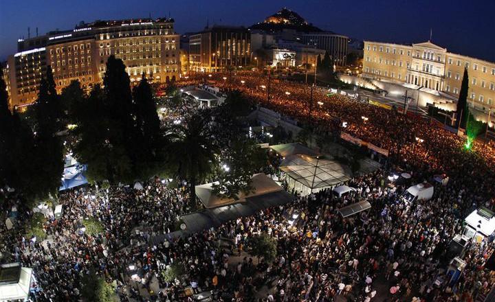 100.000 Grieken betoogden op 29 mei 2011 op het Syntagmaplein in Athene tegen de maatregelen van de trojka. Het ergste moest nog komen