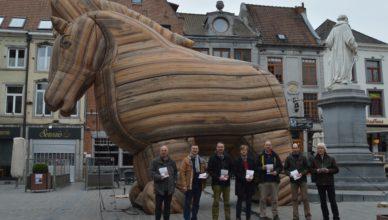 'Halle TTIP-vrij' met het TTIP-Paard van Troje op de Markt van Halle