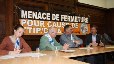 Pierre Magnette (rechts), minister-president van de Waalse gewestregering tijdens een debat over TTIP en CETA in Charleroi op 26 april 2016