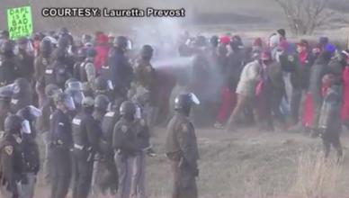 Agenten spuiten pepperspray op demonstranten