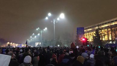 Protest tegenover het regeringsgebouw op de Platei Victoriei in Boekarest