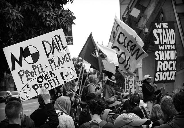 Solidariteitsactie voor een gebouw van de federale overheid in San Francisco op 24 september 2016. Hashtag #NoDAPL staat voor 'No Dakota Access Pipeline'