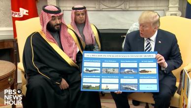 President Trump toont een overzicht van de bestellingen die kroonprins Mohammed bin Salman heeft getekend in maart 2018