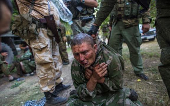 Een gewonde soldaat van het Oekraïense leger (thepeoplesvoice.org)