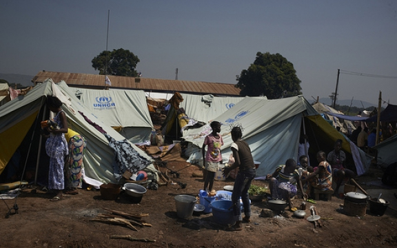 Vluchtelingen leven in tenten van de UNHCR op het terrein van de nationale luchthaven van Bangui