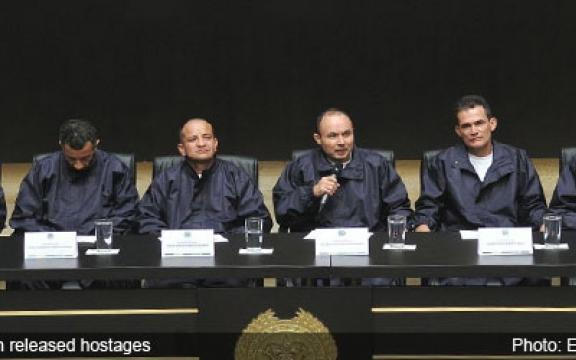 Een aantal van de net vrijgelaten gijzelaars geven een persconferentie