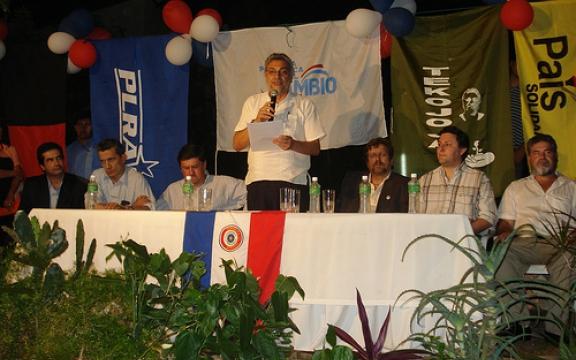 Fernando Lugo tijdens de verkiezingscamapgne in 2007. Links op de foto Federico Franco, de man die hem nu 'opvolgde' met achter hem het banier van de PLRA, zijn partij