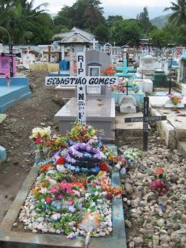 Het graf van Sebastião Gomes op het kerkhof Santa Cruz van Dili, Oost-Timor. Hier op dit kerkhof, tussen de graven, werden tijdens zijn begrafenis meer dan 250 Timorezen afgeslacht door het Indonesische leger. De schuldigen zijn bekend maar lopen nog steeds vrij rond.