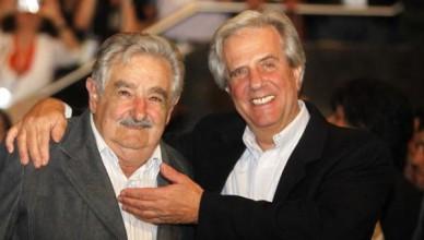 Uittredend president José Mujica (links) met opvolger Tabaré Vázquez na diens verkiezingsoverwinning begin 2015