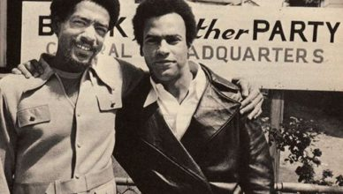 Bobby Seale (links) en Huey P. Newton in 1966 voor hun hoofdkwartier in Oakland